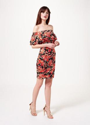 Платье с рюшами спущенными плечами в цветочный принт miss self...