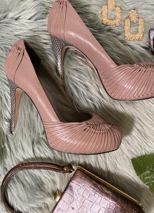 Кожаные туфли на высоком каблуке с актуальным плетением