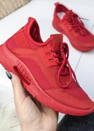Красные кроссовочки