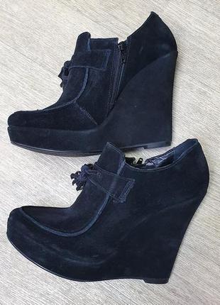 Шикарные замшевые осенние туфли на танкетке.