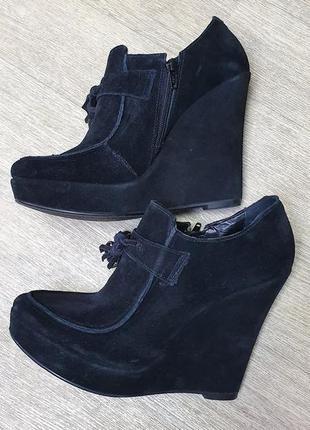 Роскошные черные замшевые туфли на танкетке