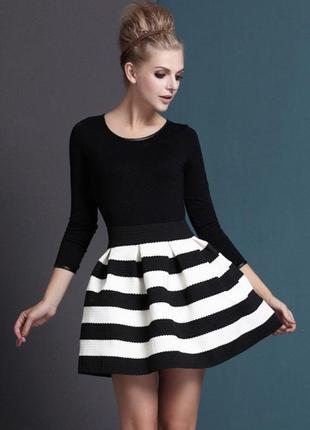 Шикарное осеннее платье в черно-белую полоску s