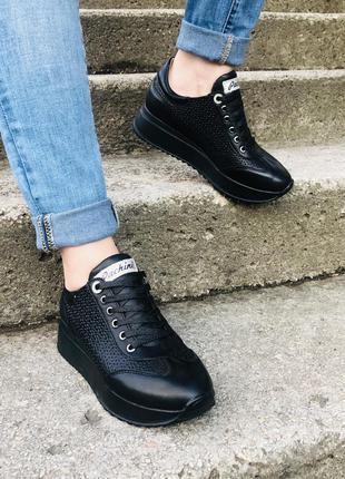 Кроссовки с перфорацией очень удобные