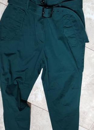 Чиносы брюки на талии очень красивого цвета