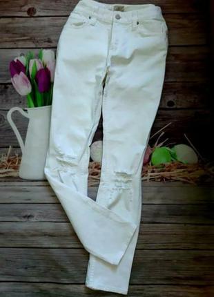 Стильные джинсы белые скинни