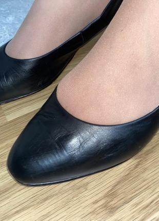 Стильные кожаные туфли на среднем каблуке