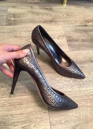Кожаные туфли лодоски с узким носком на шпильке с перфорацией....