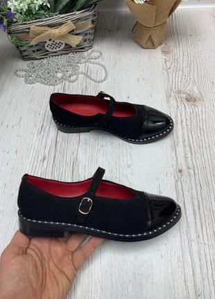 Замшевые закрытые туфли с ремешком