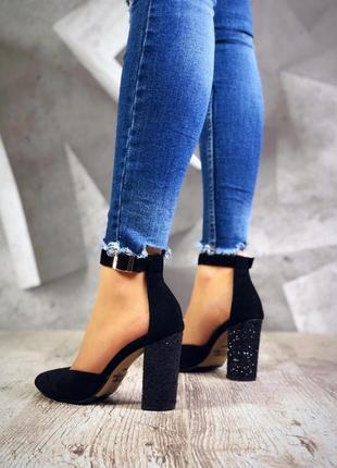 Замшевые туфли лодочки с острым носком с ремешком на блестящем...
