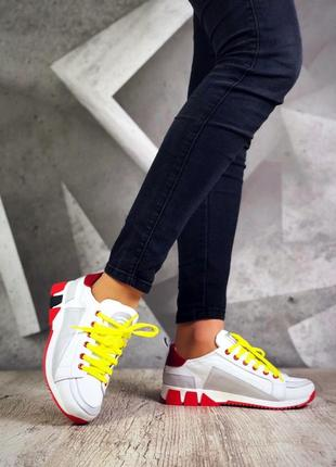 Яркие кожаные кроссовки кеды