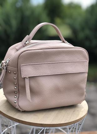 Кожаная пудровая сумка кроссбоди италия