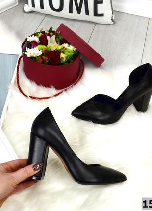 Кожаные туфли на высоком каблуке с острым носком