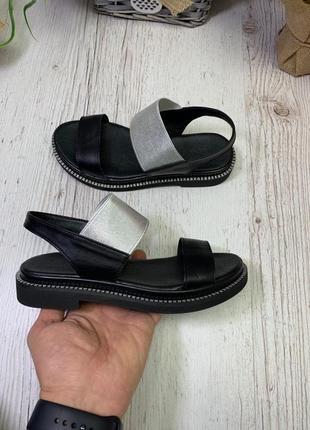 Черные кожаные босоножки сандалии на резинке