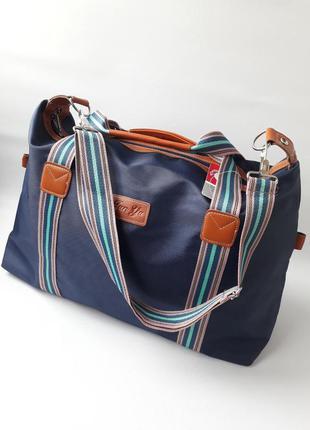 Стильная, вместительная дорожная сумка.