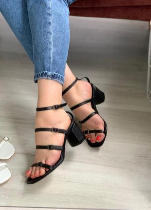 Босоножки с тонкими ремешками на удобном каблуке