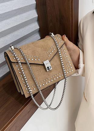 Сумка женская с заклепками и ремешком цепочкой. сумочка из иск...