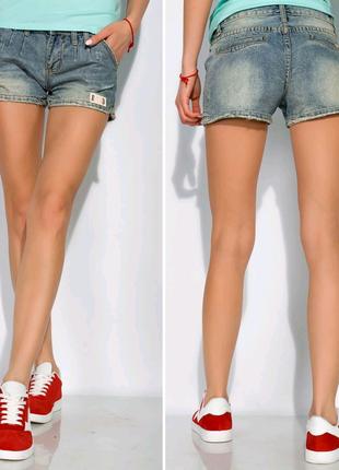 Потертые джинсовые шорты