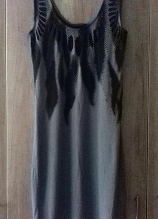 Платье серого цвета с оригинальным принтом