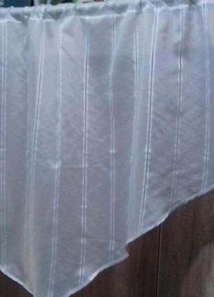 Белый ламбрекен одевается на трубу карниза