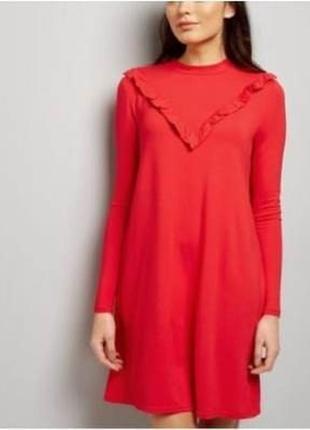 Очень стильное  красное платье с рюшей