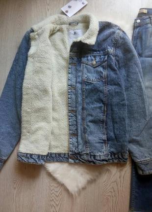 Длинная джинсовая теплая куртка шерпа на белой овчине зимняя б...