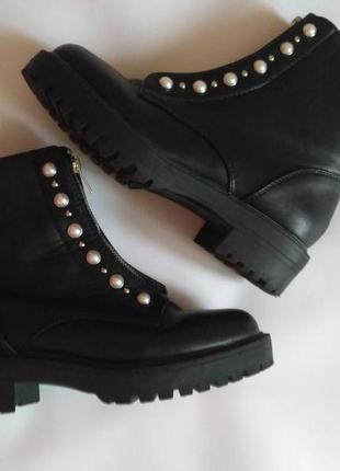 Ботинки черные с жемчугом