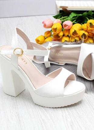 Белые босоножки на среднем каблуке