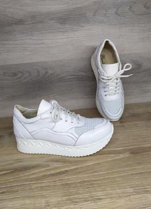 Кожаные кроссовки  белые с перфорацией  39 40 размера от произ...