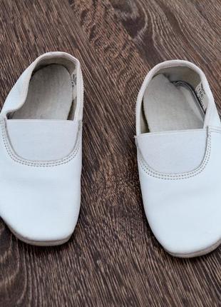 Белые кожаные чешки стелька: 15.5 см. фирма берегиня