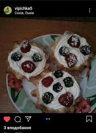 Корзинки з кремом і фруктами