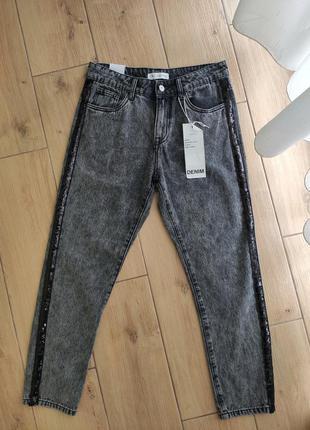 Черные джинсы мом с лампасами из пайеток размер м