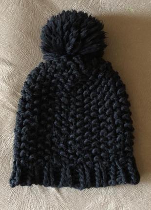 Чёрная женская шапка крупной вязки.