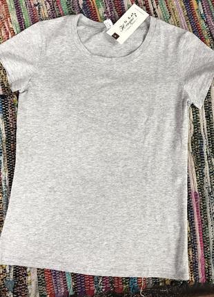 Хлопковая серая футболка.