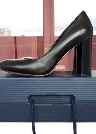 Новые черные кожаные туфли лодочки на устойчивом широком каблу...
