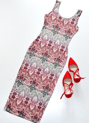 Красивое платье по фигуре с абстрактным принтом