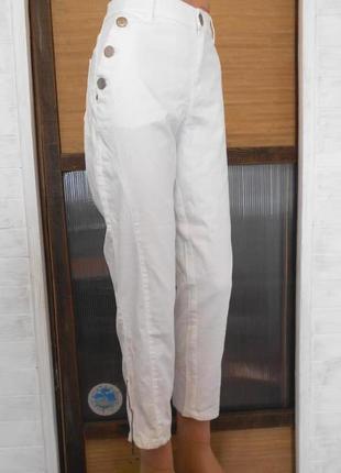 Высокие узкие белые джинсы состаренные
