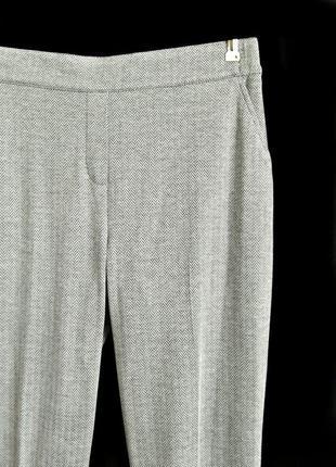 Мягкие высокие светло-серые брюки relax в елочку р.16