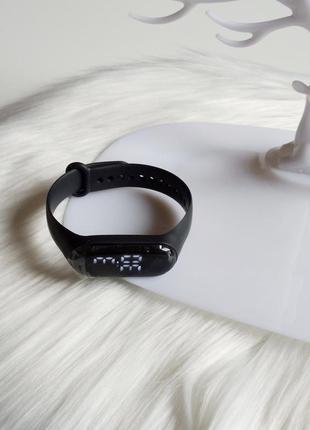 Зручний та стильний годинник в чорному кольорі