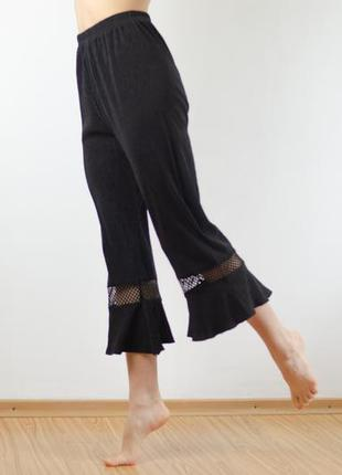 Идеальные укороченные плиссированные брюки с расклешенным низо...