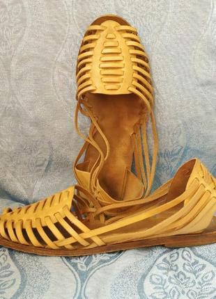 Босоножки с тонкими ремешками бежевые кожаные гладиаторы римля...