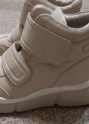 Обувь водонепроницаемая, в отличном состоянии