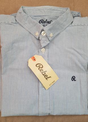 Рубашка для мальчика Rebel в бело-голубую полоску.