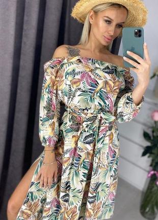 Модное платье с открытыми плечами актуальный принт