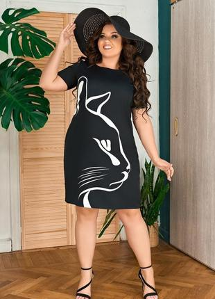Модное короткое платье черного цвета с кошкой