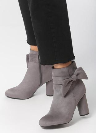 Новые женские осенние  серые ботинки на среднем каблуке ботильоны