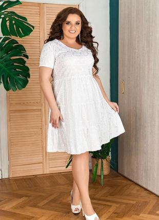 Модное короткое платье в белом цвете и цвете пудры