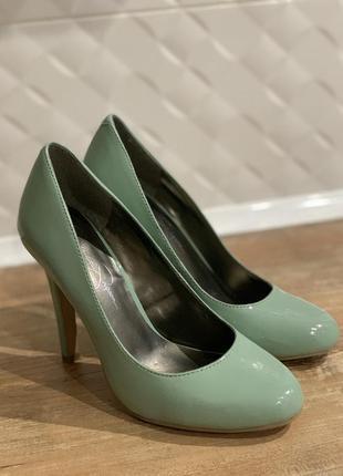Туфли лодочки лаковые  мятного оттенка на каблуке кожаные