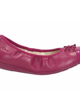Кожаные ярко-розовые балетки с лаковым носком clarks