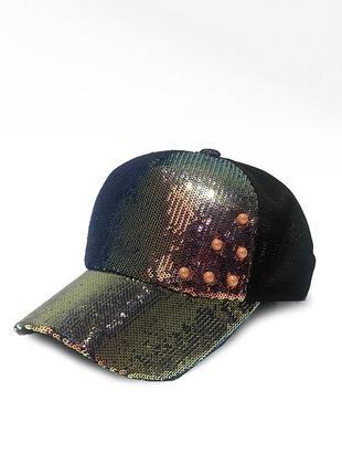 Женская кепка с пайетками и бусинами