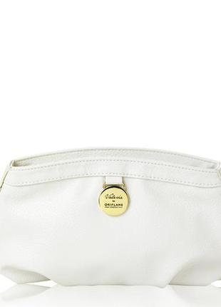 Белая косметичка с медальоном в чехле из атласа